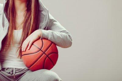 Obraz Sportowy teen dziewczyna w kaptur trzymającym koszykówki.
