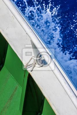 Spritzenes Wasser vor Schiffsbug