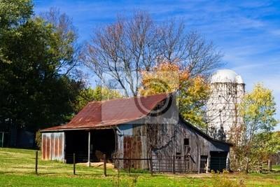 Stara stodoła i silos biały