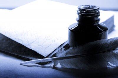 Obraz Stare książki z piór i inkpot w kolorze niebieskim