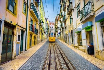 Obraz stare uliczki miasta i ulicy samochód w Lizbonie, Portugalia