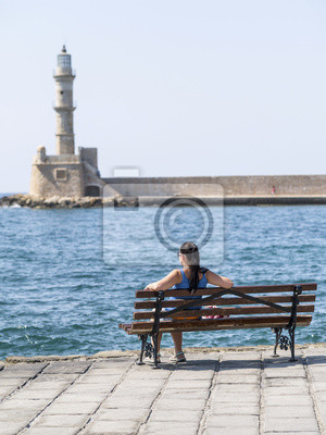 stary dom światła i siedzenia dziewczyna w Rethymno na Krecie