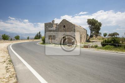 stary fort w pobliżu drogi