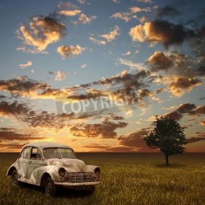 Obraz Stary opuszczony samochód z zachodem słońca