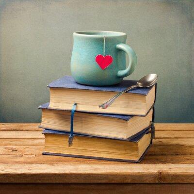 Obraz Starych zabytkowych książek i puchar w kształcie serca na drewnianym stole