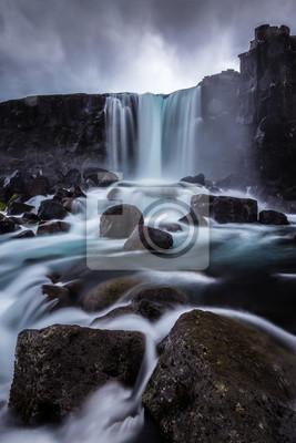Steiniger Wasserfall in Island