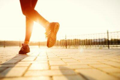 Obraz Stopy Runner działające na zbliżenie drogowego na bucie. kobieta fitness sunri