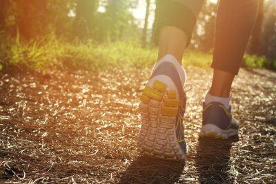 Obraz Stopy Sportowiec biegacz w przyrodzie, zbliżenie na bucie. Kobieta fitness, jogging, aktywnego stylu życia koncepcji