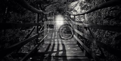 Obraz streszczenie czarno-biały drewniany most z lekką sylwetkę człowieka