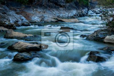 Obraz strumień przepływający przez skały