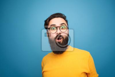 Obraz Super podekscytowany brodaty hipster patrząc na kamery