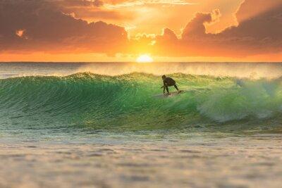 Obraz Surfer surfing na Sunrise