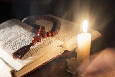 Obraz święta księga i krzyż na drewnianym tle