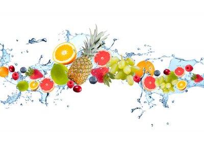 Obraz Świeże owoce wchodzące w plusk wody, na białym tle