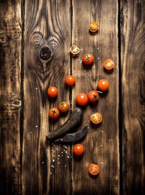 Obraz Świeże pomidory i stary nóż.