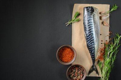 Obraz Świeże ryby makreli na ciemnym tle z góry. Ryby z dodatkiem aromatycznych ziół i przypraw - zdrowa żywność, diety lub gotowania koncepcji