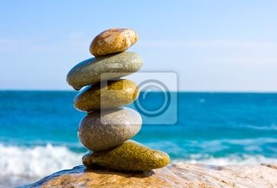 symetryczne mokre kamienie na morzu