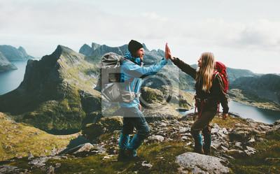 Obraz Szczęśliwa para daje pięć rękach wycieczkuje z plecakiem w górach Podróżuje styl życia przygody pojęcia rodzinnego wpólnie wydalać aktywnego wanderlust wakacje