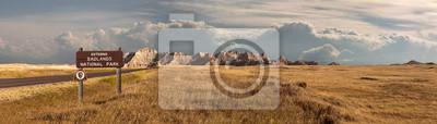 Obraz Szeroki krajobraz panoramiczny badlands park narodowy z signage wchodzących w chmury burzowe