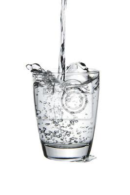 Szklanka wody na białym tle