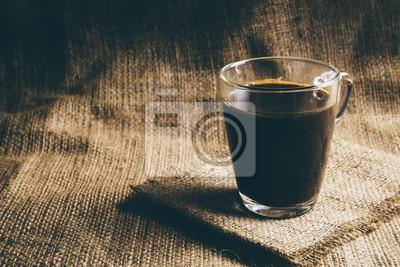 Szkło filiżanka kawy espresso z tradycyjnym workiem tekstylnym. Vintage retusz.