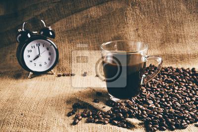 Szkło filiżanka kawy espresso z ziaren kawy na tradycyjnym workiem tekstylnym. Vintage retusz.