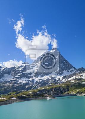 Szmaragdowy jezioro i góry osiągamy szczyt w chmurach w Włochy