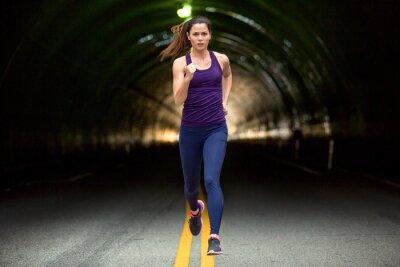 Obraz Szybkie uruchomienie sprinter twarda kobieta uruchomiony w dół ulicy miejskiego miasta tła samochody i tunele