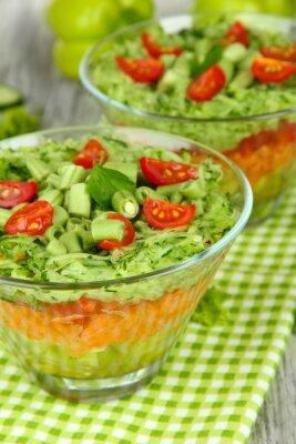 Obraz Tasty sałatka ze świeżych warzyw na drewnianym stole