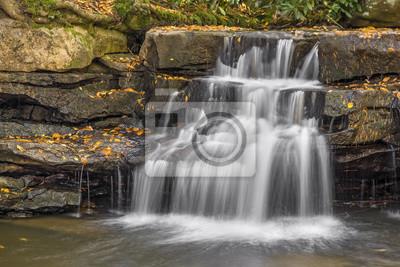 Tolliver Falls kaskady nad skalistym występie w Swallow Falls State Park, Maryland.