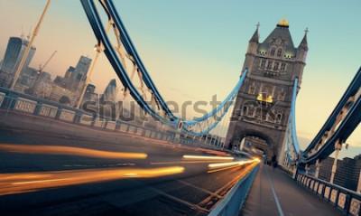 Obraz Tower Bridge i ruch rano w Londynie.