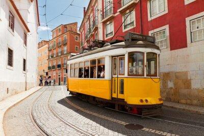Obraz Tramwaj na wąskiej ulicy Alfama, Lizbona