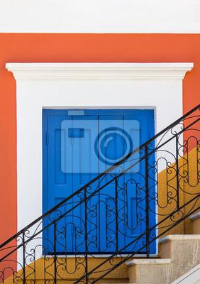 Treppe vor blauem Fenster