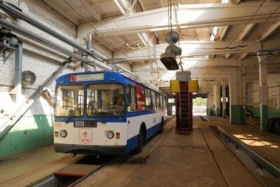 Obraz Trolejbus stojących w zajezdni trolejbusowej