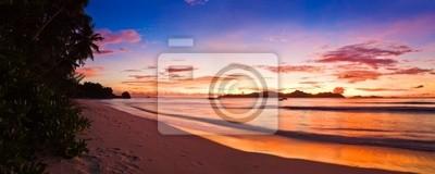 Tropikalna wyspa na zachodzie słońca
