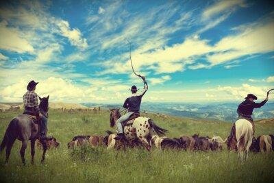 Obraz Trzy kowboje jazdy stado koni, tonowanie, winietowanie