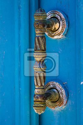 Türgriff auf blauer Tür
