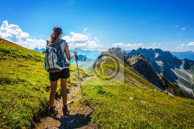 Obraz Turysta w buty i plecak trzyma laskę