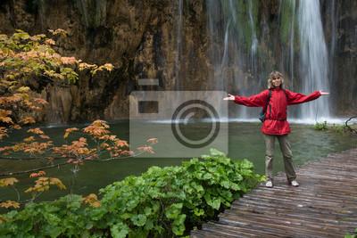 Turysta w pobliżu wodospadu _ Chorwacja