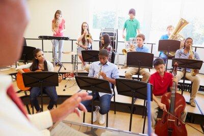 Obraz Uczniowie grają na instrumentach muzycznych w szkole Orchestra