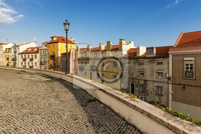 Ulica w Alfama, Lizbona, ze starej kostki brukowej i płytek