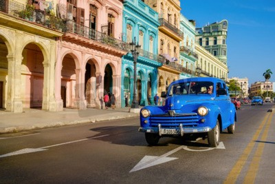 Obraz Uliczna scena z starym samochodem i kolorowymi budynkami w Starym Havana