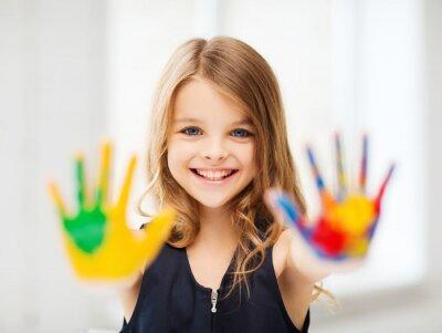 Obraz uśmiechnięta dziewczyna pokazując malowane ręce