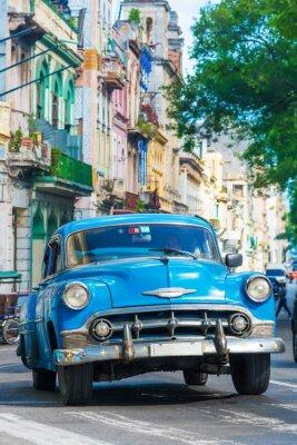 Obraz Vintage amerykański samochód na ulicy w centrum Hawany