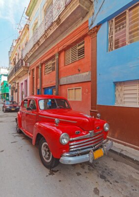 Obraz Vintage czerwony samochód na ulicy starego miasta, Hawana, Kuba