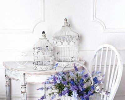 Obraz vintage, krzesło i stół z kwiatem z przodu i klatki