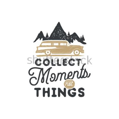 Obraz Vintage ręcznie sporządzona znaczaka campingowa i godło. Etykieta pieszej. Inspirujące logo przygodowe na terenie powietrznym. Typografia w stylu retro. Motywacyjny cytat - zbieraj chwile na odbitki,