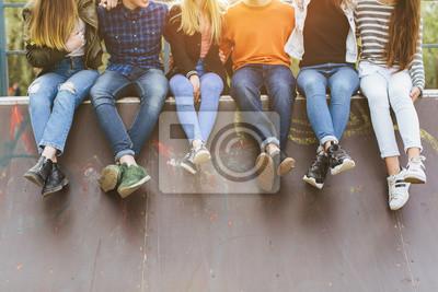 Obraz Wakacje letnie i nastoletnia koncepcja - grupa uśmiechniętych nastolatków z deskorolka wychodzić na zewnątrz.