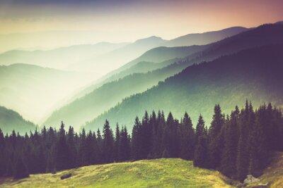 Obraz Warstwy góry i zamglenia w dolinach.