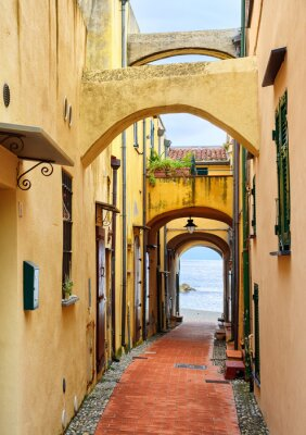 Obraz Wąska ulica prowadząca do Morza Śródziemnego w starym mieście Varig